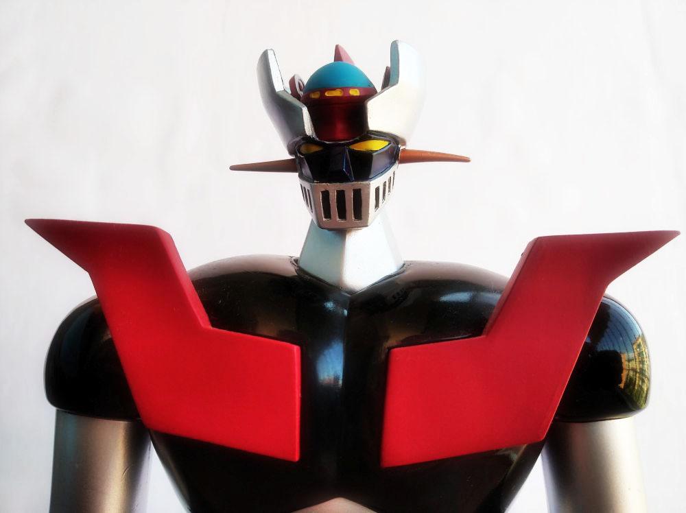 Vista frontal de la cara del Mazinger Z con planeador