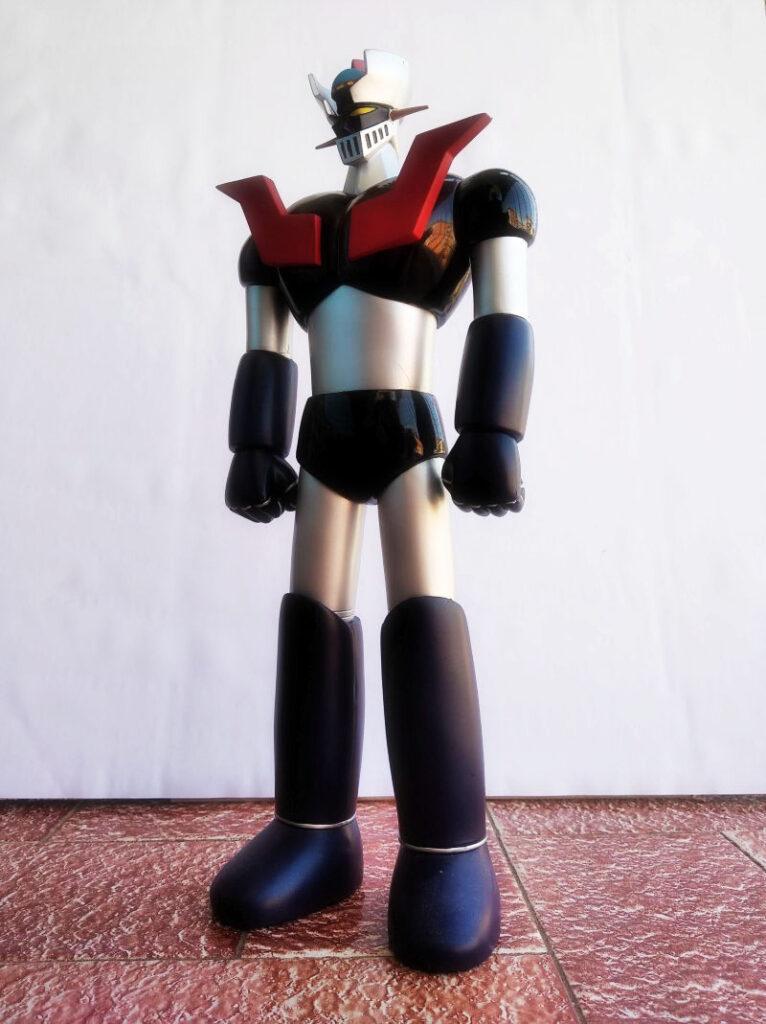 Vista de perfil de cuerpo entero del Mazinger Z en reposo