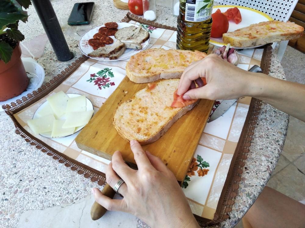 パンにトマトをこすりつける