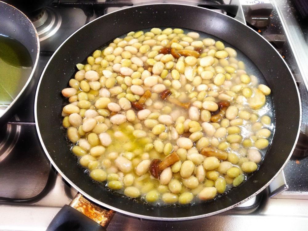 フライパンに豆 (pochas : ポチャ)を入れる