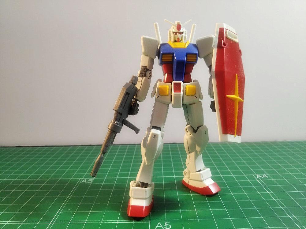 El modelo no incluye elementos decorativos excepto unos diminutos adhesivos.
