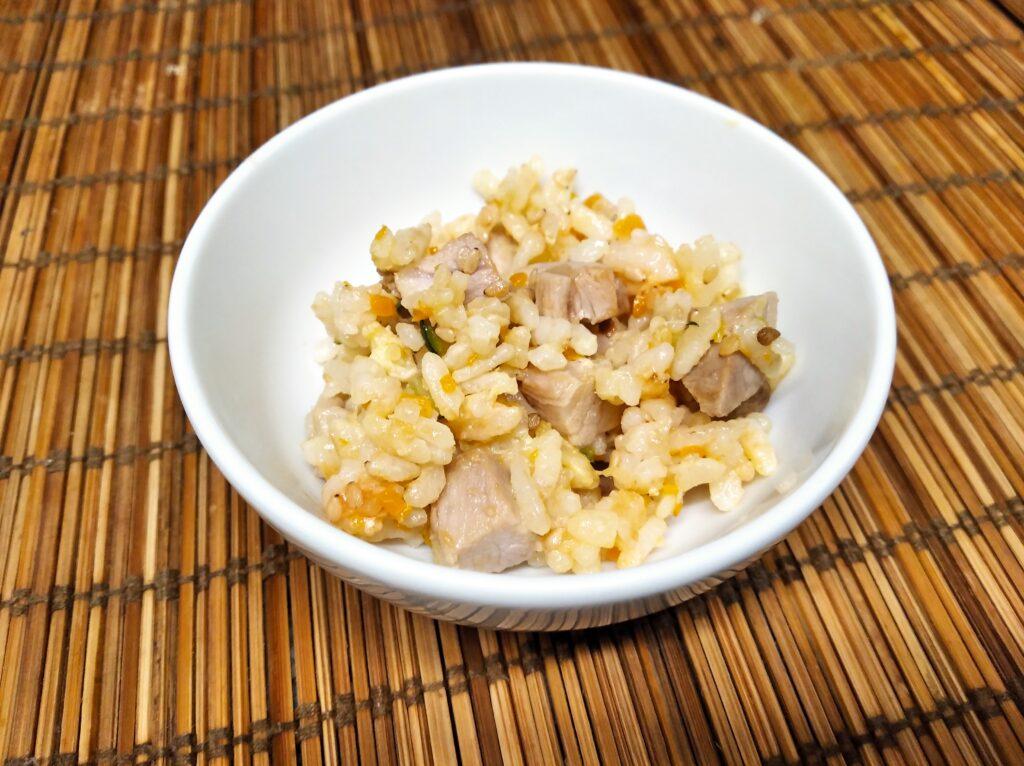 Arroz frito con pollo y verduras para el Omuraisu