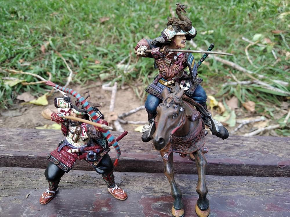 Las dos figuras pueden montar el caballo