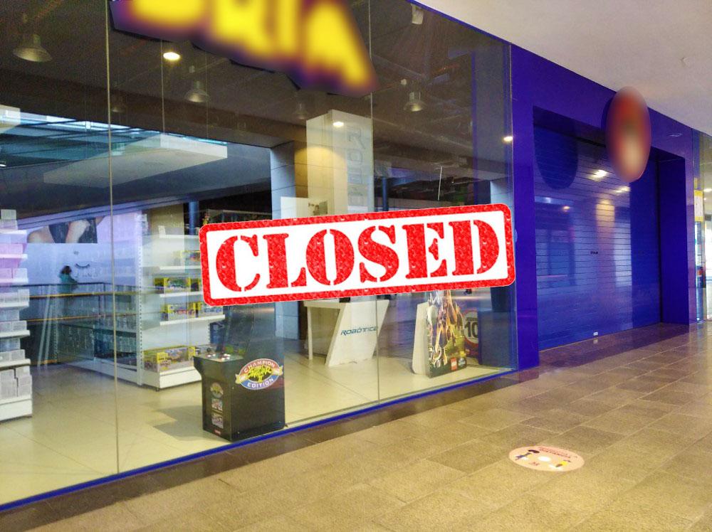 ショッピングセンターの小売店は閉鎖されています。