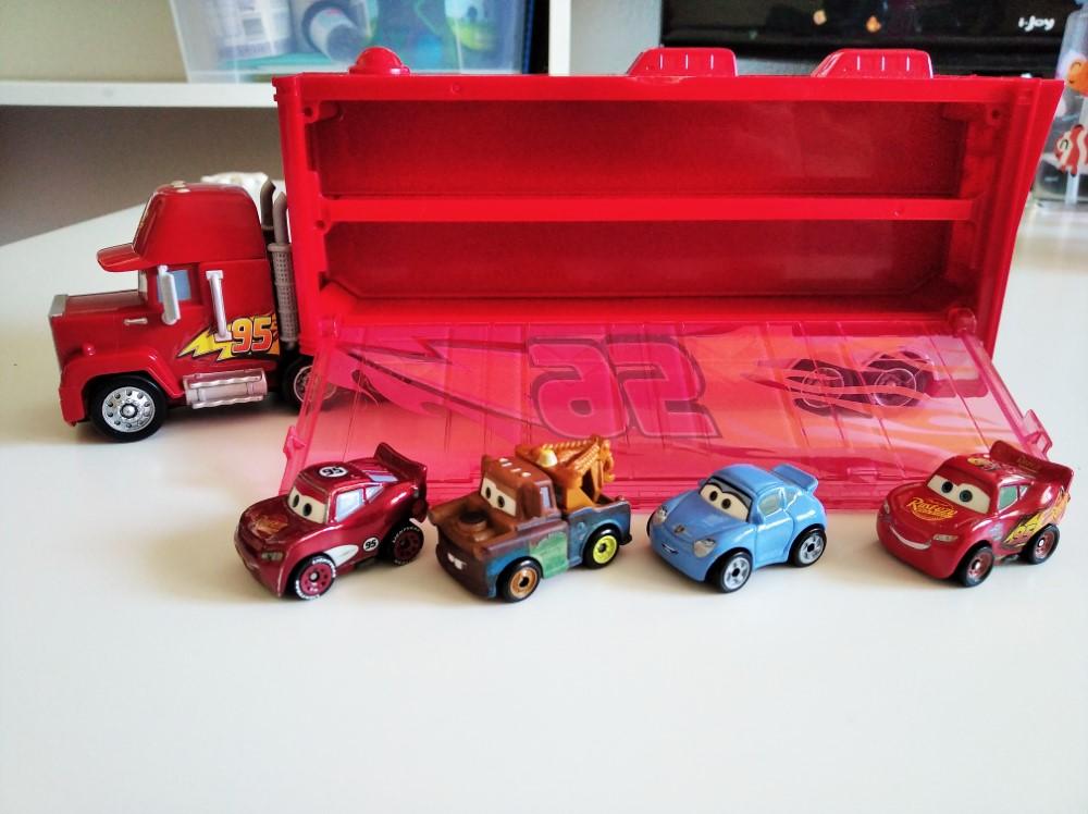 Espacio interior del Mack Transporter de Mattel