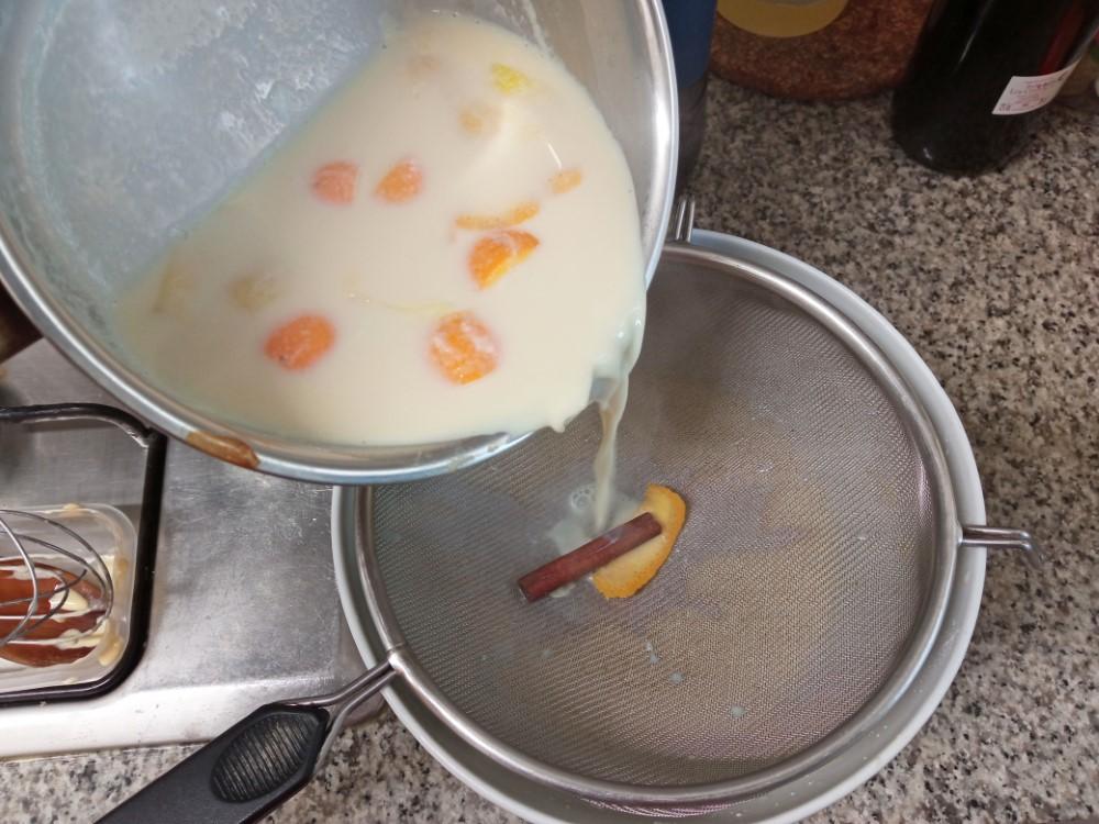 クレマ・カタラーナ 濾しながら牛乳を入れて混ぜ合わせる