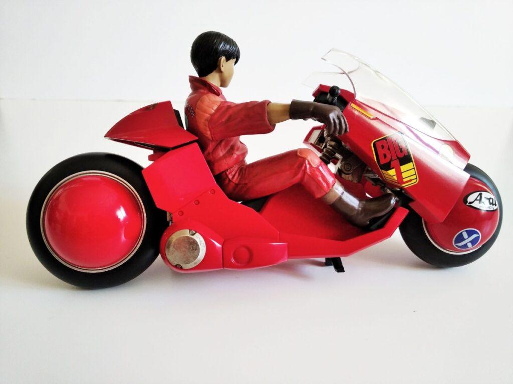 El lado derecho de la moto no luce tanto como el lado izquierdo
