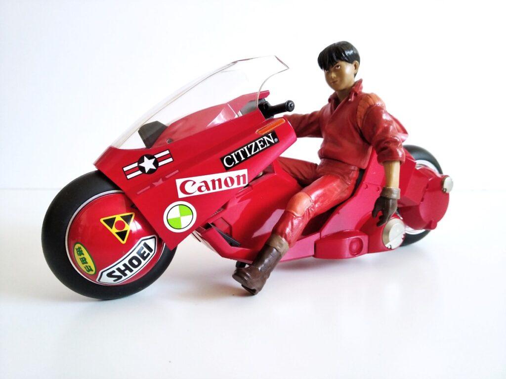 Kaneda en su moto en pose relajada y chulesca