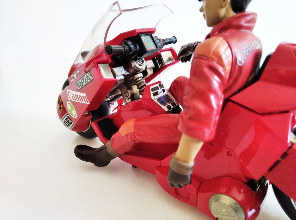 Infinidad de detalles en el salpicadero de la moto