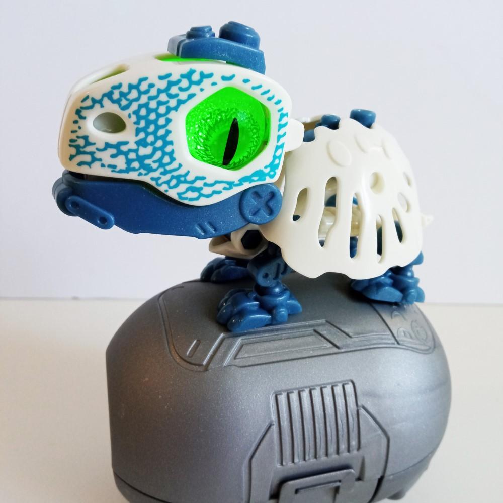 BioSaurus Turtle descansando sobre su huevo