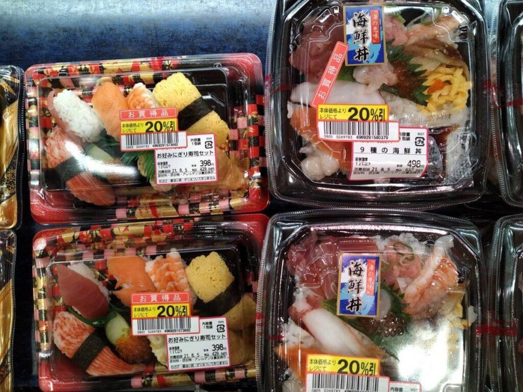 Bandejas de Sushi y Sashimi a precios muy asequibles para comer barato en Japón