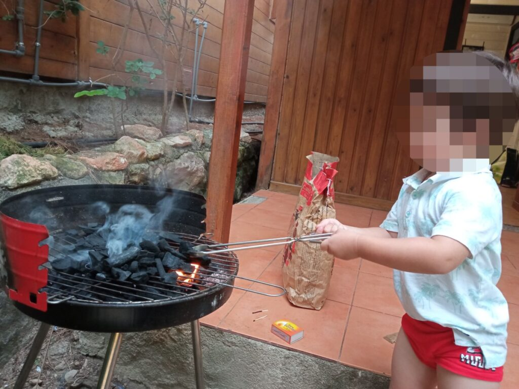 Preparando las brasas de la barbacoa